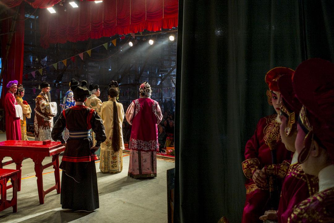神功戲的演員們在後台準備出場。