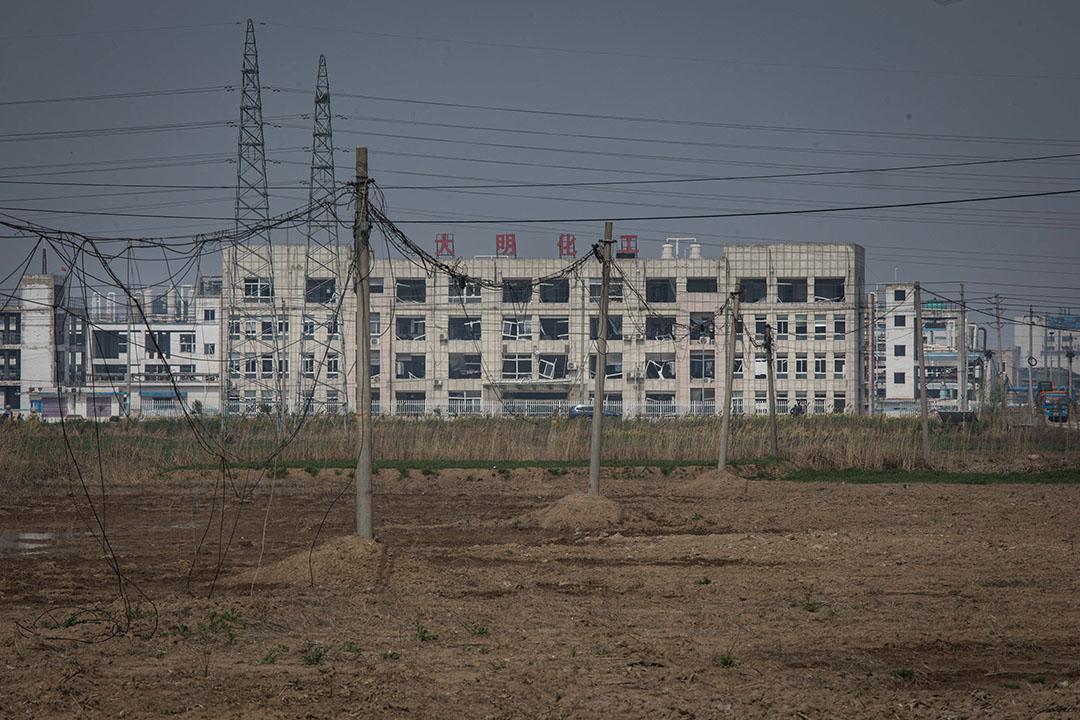 由大灣村可看到化工園內的工廠。