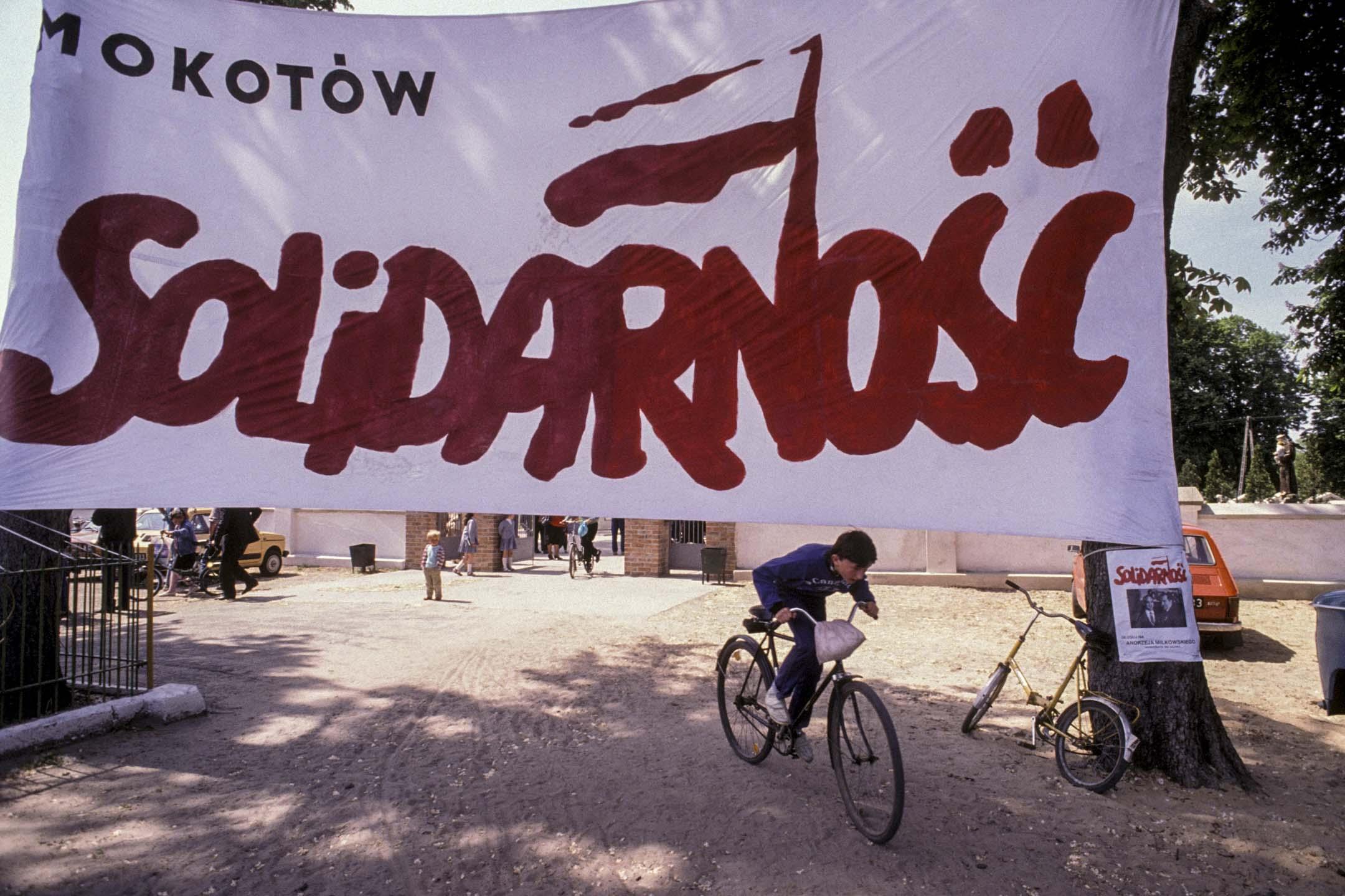 1989年5月19日,波蘭華沙舉行的立法選舉的團結工會選舉活動。 攝:Georges Merillon/Gamma-Rapho via Getty Images