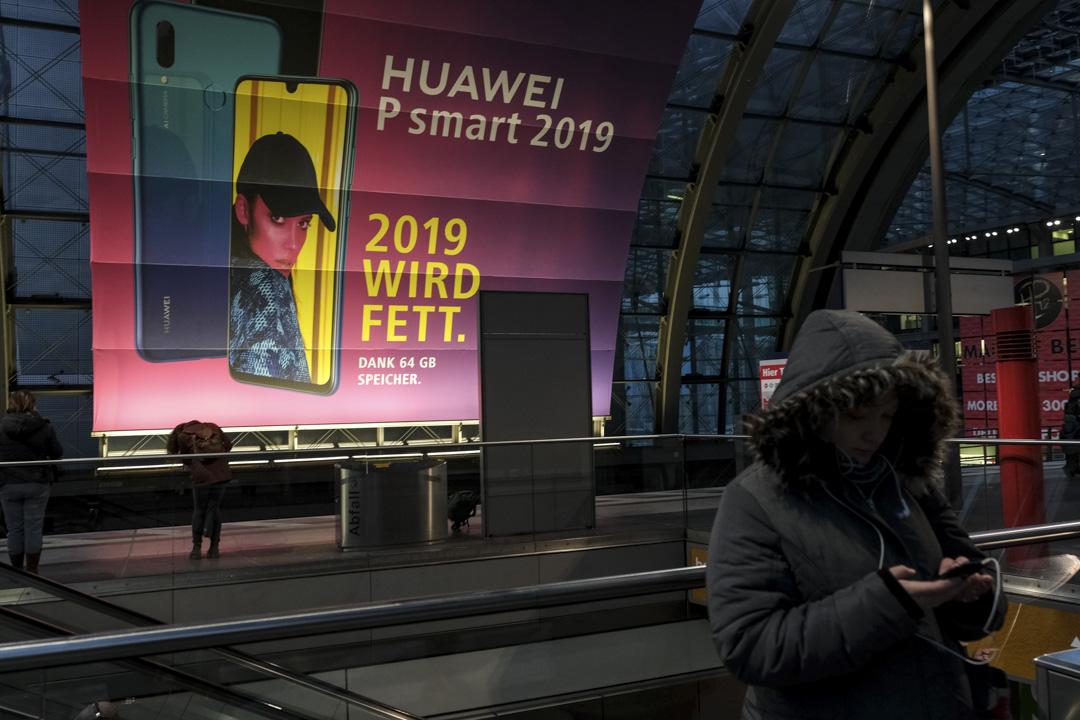 2019年1月24日,華為的廣告牌在德國柏林中央火車站掛起。 攝:Sean Gallup/Getty Images