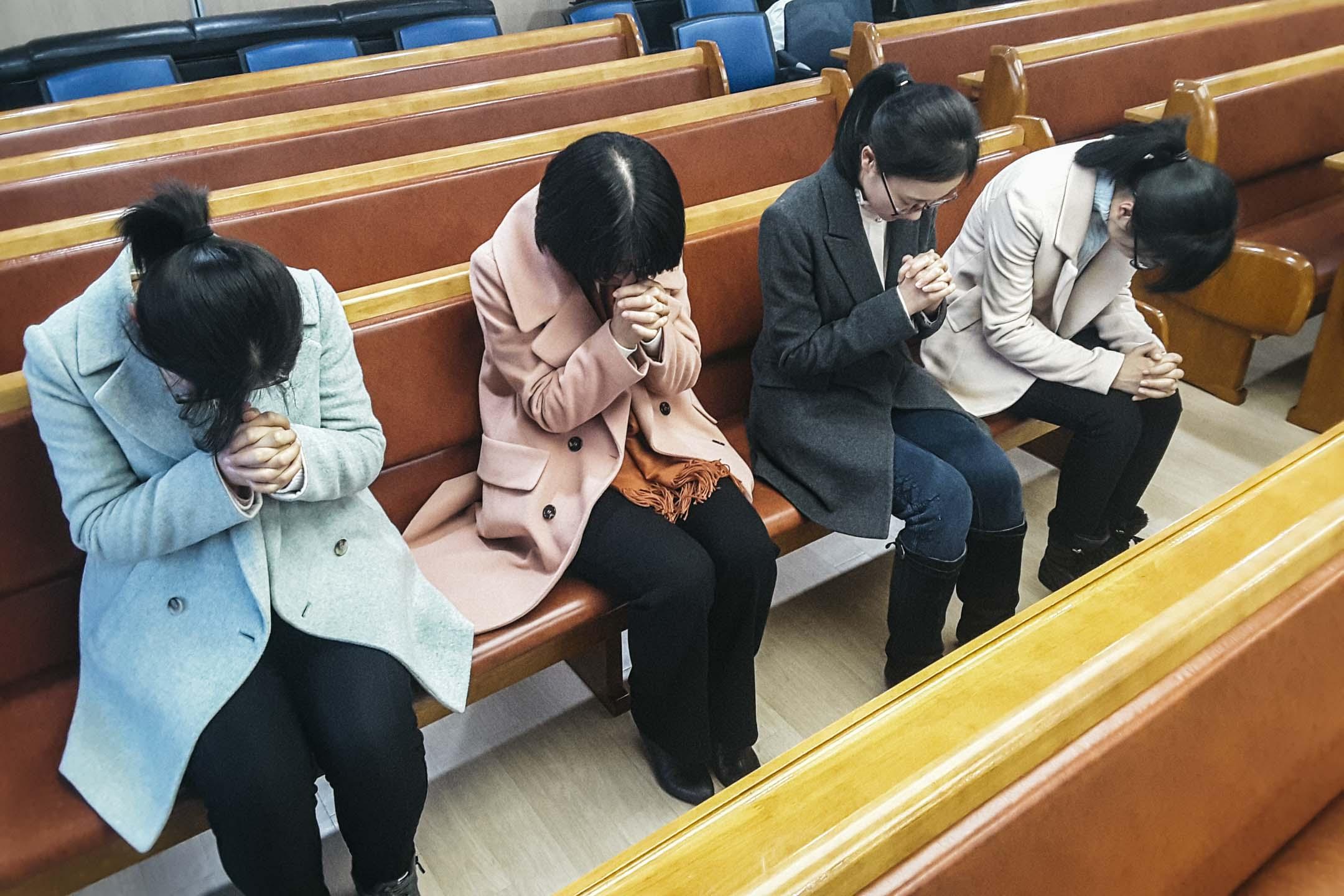 從中國逃出並來到南韓申請庇護的「全能神教會」信徒,正在教堂內禱告。目前包括濟州島與南韓本土,就有939名信徒,正等待南韓政府授予難民資格。 圖:作者提供