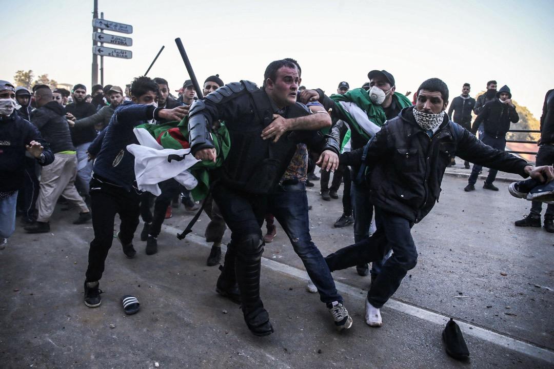 2019年3月1日,阿爾及利亞首都阿爾及爾,民眾到街頭抗議現任總統布特弗利卡第五度角逐連任總統,期間與防暴警察發生衝突。