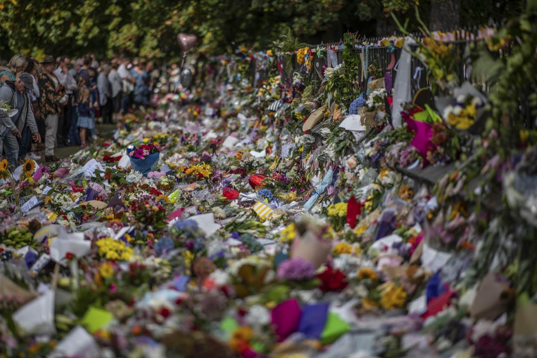 2019年3月19日,Al Noor清真寺附近的基督城植物園,眾多民眾前來獻花,為遇難者祈福默哀,鮮花佈滿地上。