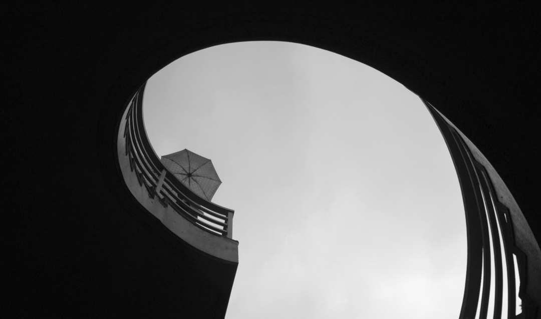 《軸線之間》Between the Axis,抬頭看得見的天空,是有形的邊界,卻賦予無限的想望。
