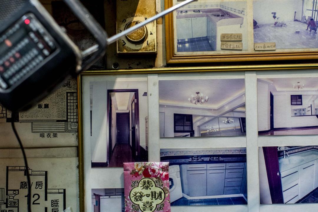 一家裝修店的牆身,貼滿了曾經為客人裝修家居的照片。老闆說裝修店搬進裕民坊已經有30多年了。