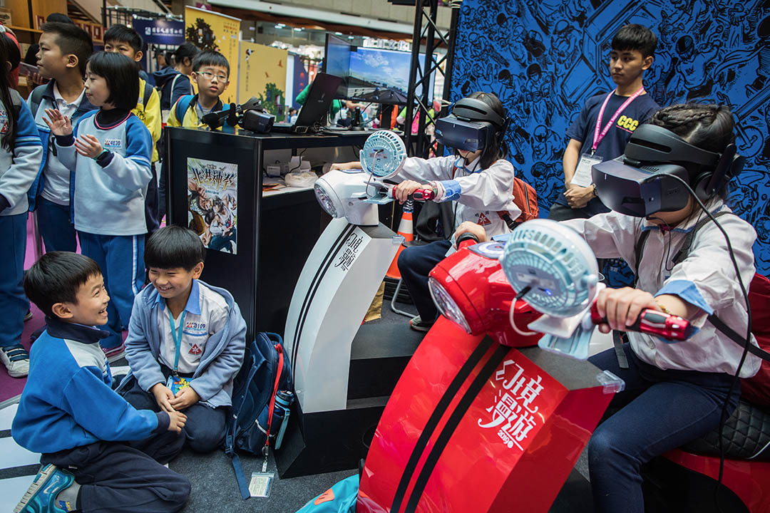 2019年2月14日,台北國際書展內一班小學生在玩遊戲。