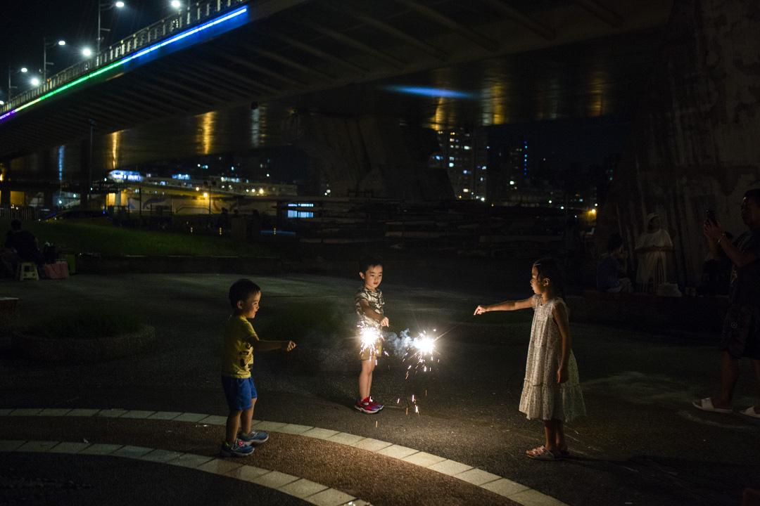 2018年9月23日,兒童在台北的公園內放煙火。