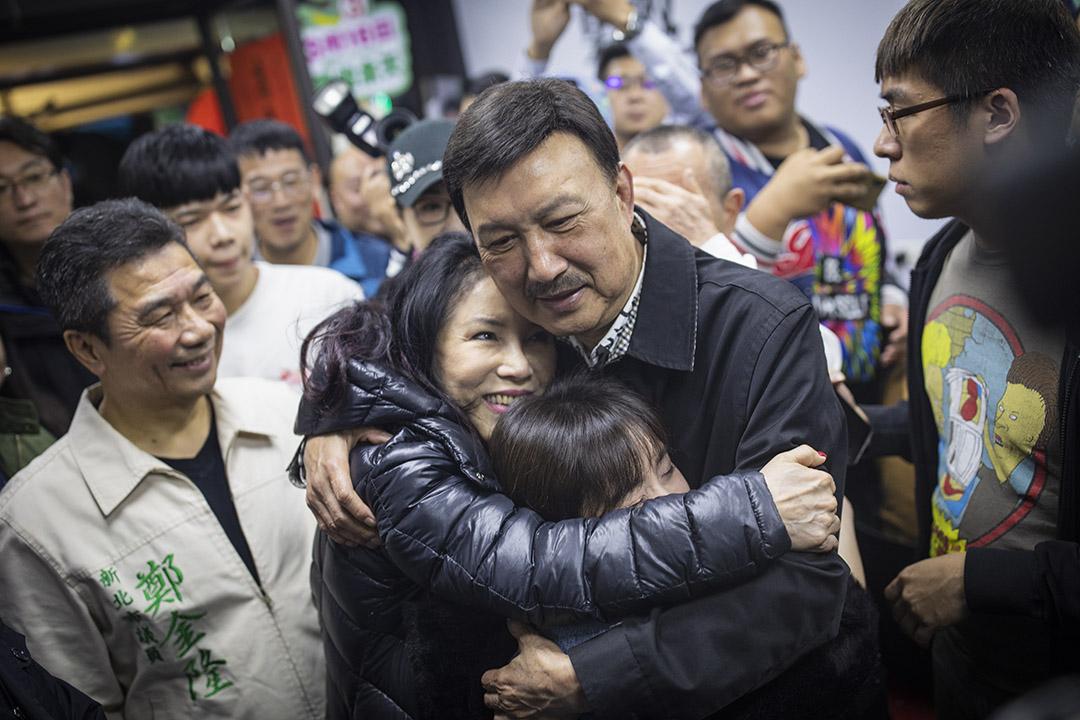 2019年3月16日,民進黨余天在三重區的競選總部宣布勝選,並與親人相擁。 攝:陳焯煇/端傳媒