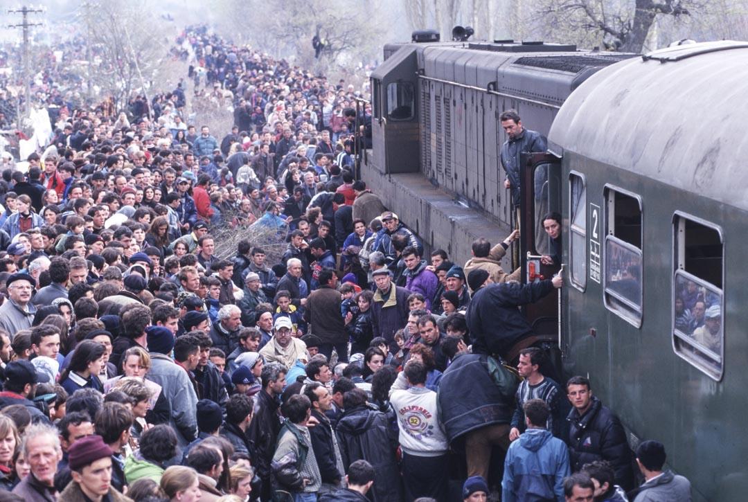 1998到1999年,科索沃的人道災難景象傳遍全球媒體。科索沃解放軍與米洛塞維奇的軍隊作戰,後者有系統地進行種族清洗,讓30萬人流離失所。圖為1999年4月1日,科索沃阿爾巴尼亞人逃離塞爾維亞,抵達臨時營地。