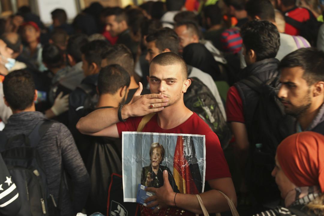 在德國絕大多數敘利亞難民拿到的是必須每年更新的臨時保護文件,而非完整的難民身份,只有後者才可能獲得永久居留。