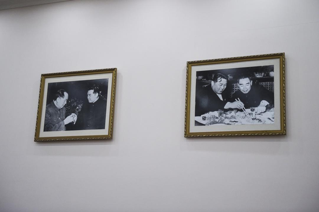 北韓駐北京大使館的牆上掛著北韓領袖金日成與前國家主席毛澤東和總理周恩來合照的照片。