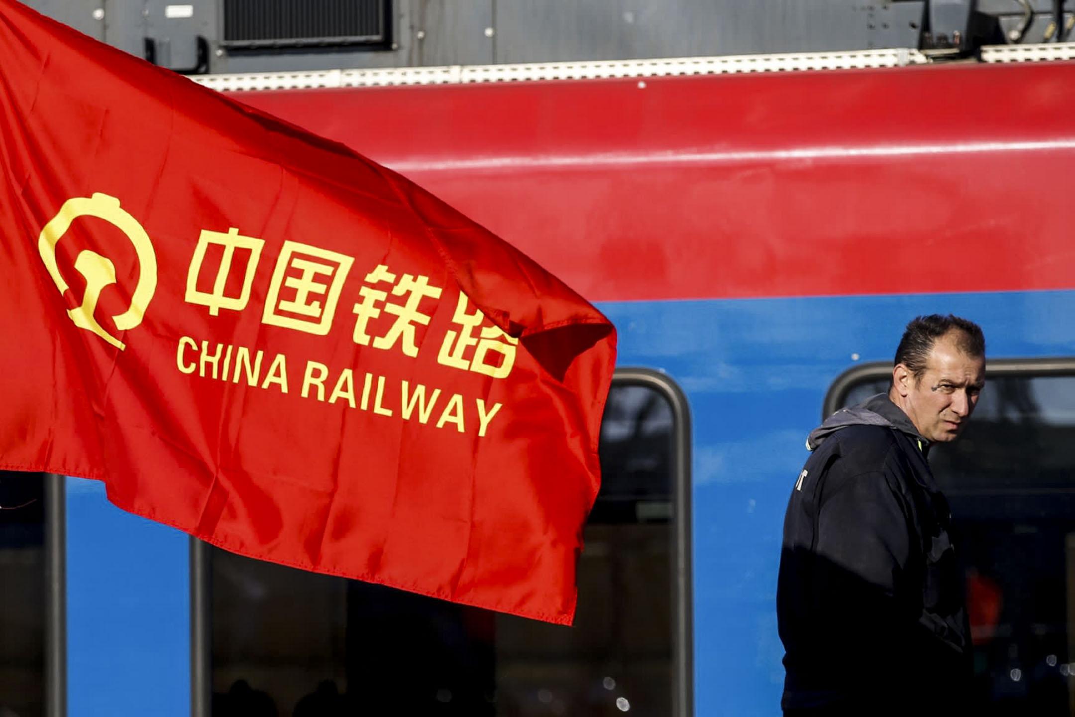 中國「一帶一路」倡議的「匈塞鐵路」工程耗資約30億美金,是匈牙利迄今在鐵路上最大的一筆投資。圖為塞爾維亞貝爾格萊德的一名工人走在通往匈牙利布達佩斯的火車前。 攝:AP