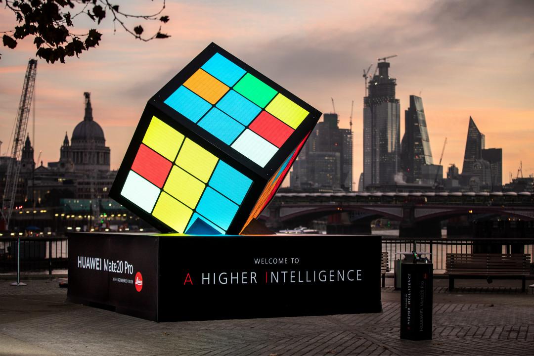 2018年10月25日,倫敦,華為為慶祝發布 Mate 20 Pro 手機推出的雕塑。 攝:Tom Nicholson/Getty Images