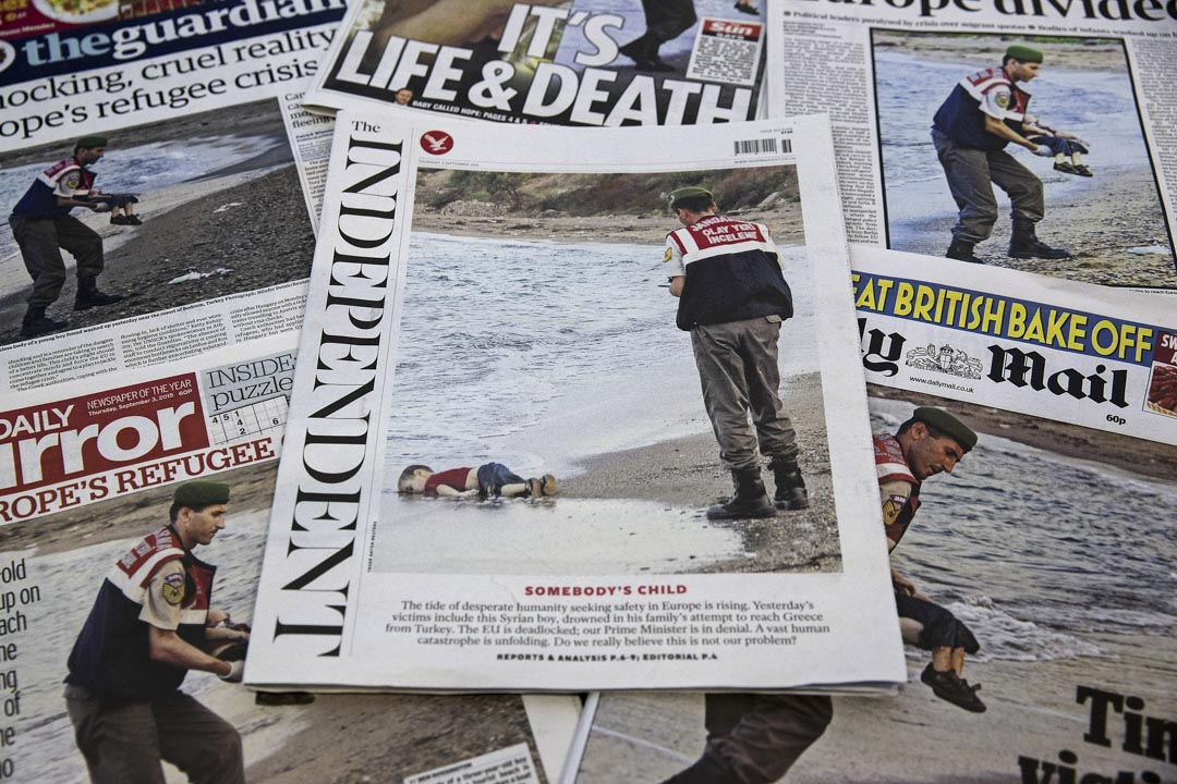 2015年9月,年僅3歲的敘利亞男孩庫爾迪(Alan Kurdi),在地中海溺亡,橫屍土耳其海灘的畫面,登上全球的新聞頭條。