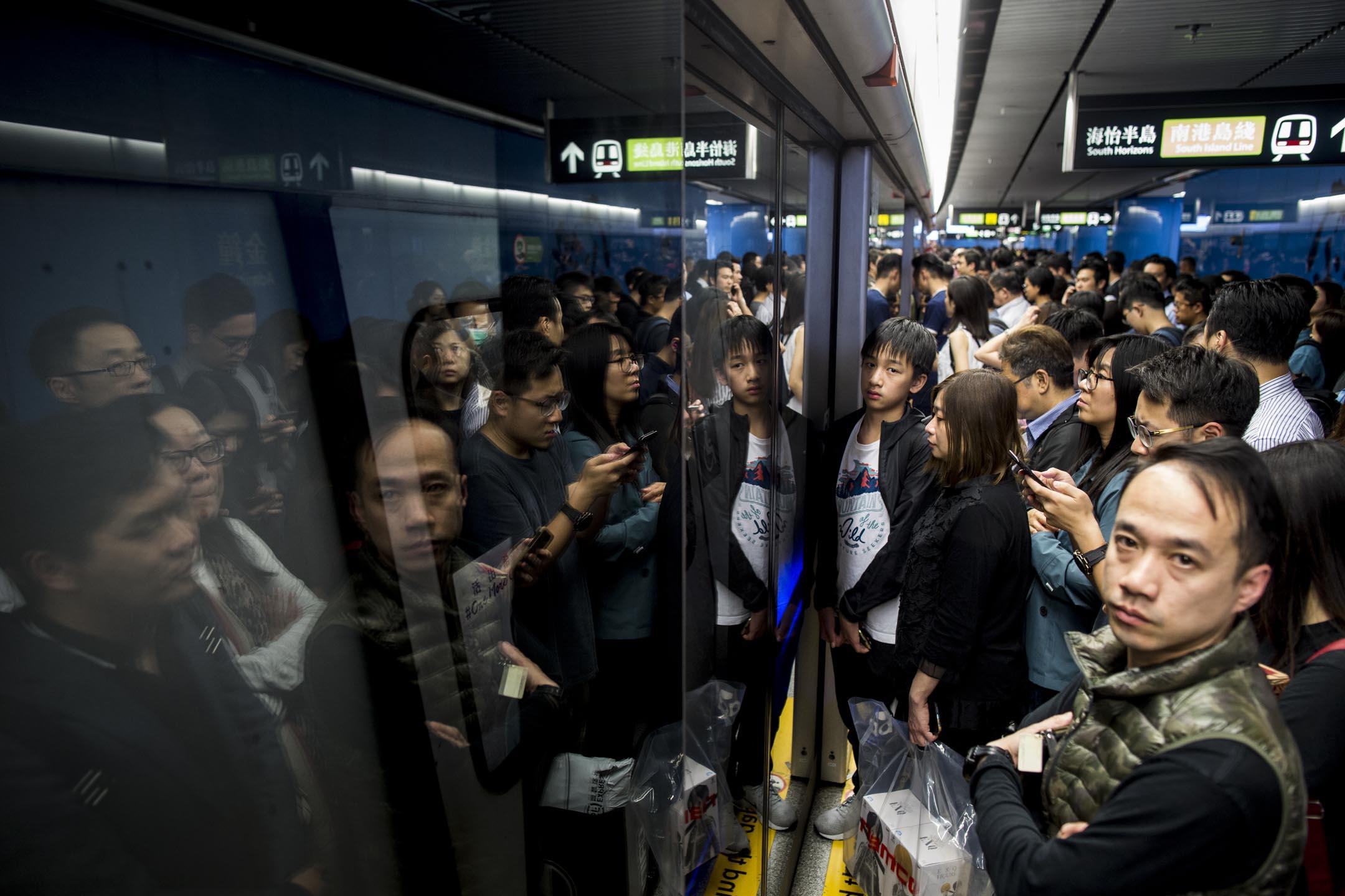 2019年3月22日,繁忙時段上不到列車需等候下一班的乘客。