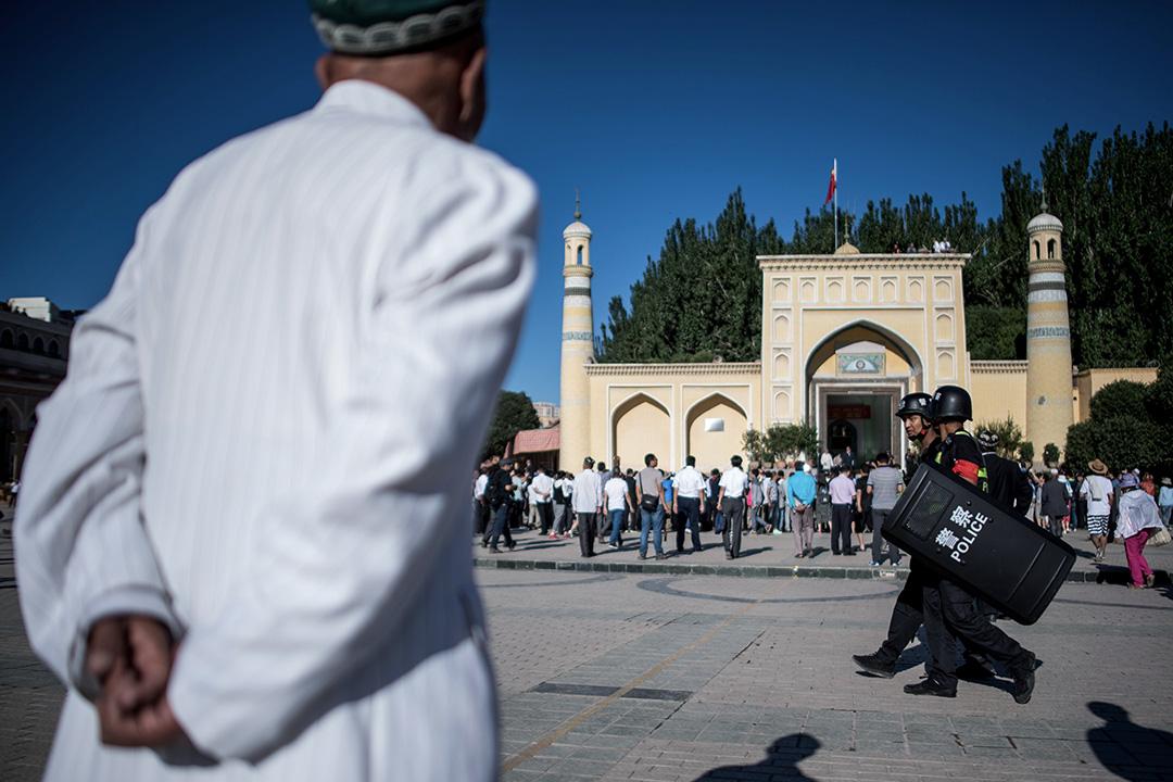 2017年6月26日,中國新疆維吾爾自治區喀什老城,一個穆斯林男子抵達清真寺進行早禱。