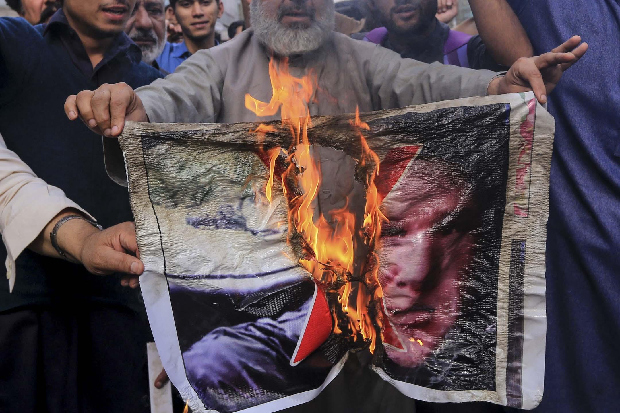 2019年3月16日,巴基斯坦民眾舉行示威活動,高喊口號,譴責新西蘭槍擊案,並焚燒嫌犯照片。 攝:Bilawal Arbab/EPA