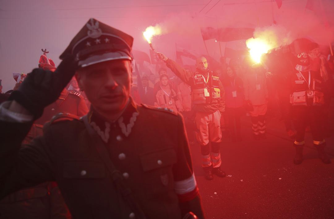 2018年11月11日,在波蘭華沙舉行的紀念波蘭獨立100週年,一名穿著波蘭軍服的男子參與慶祝集會。