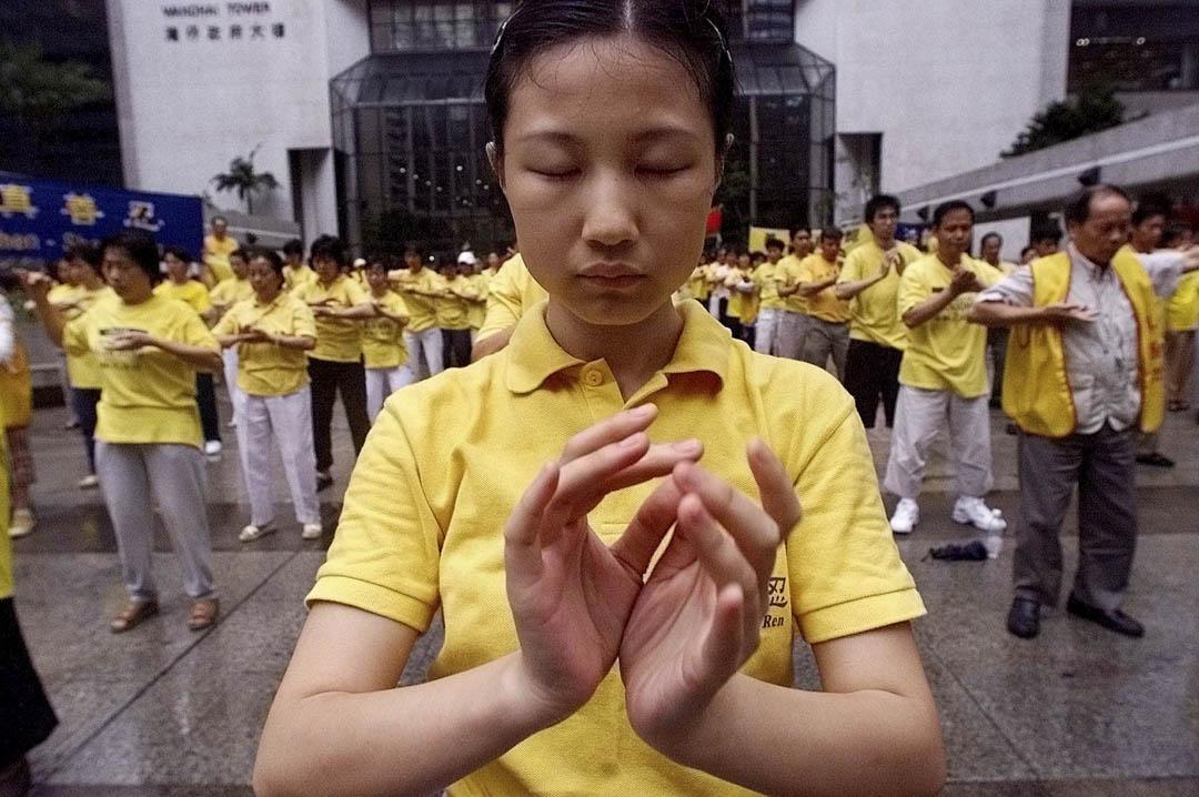 2001年5月9日,法輪功學員在香港灣仔入境事務大樓外練功。