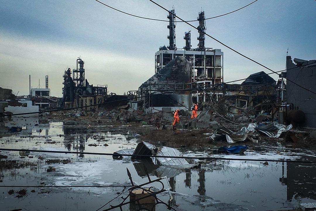 2019年3月22日,江蘇鹽城響水縣,消防隊員在檢查發生爆炸的化工廠。