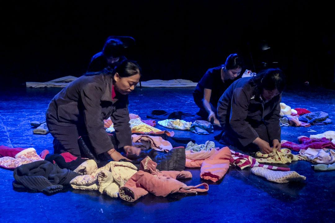 《生育紀事》開場,女工摺疊小孩衣裳。