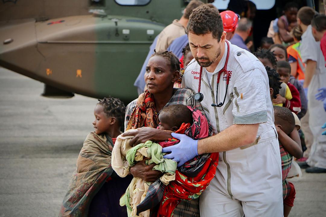 2019年3月19日在莫桑比克港口城市貝拉(Beira),國際救援組織人員正協助當地居民撤離。 攝:Adrien Barbier / AFP / Getty Images
