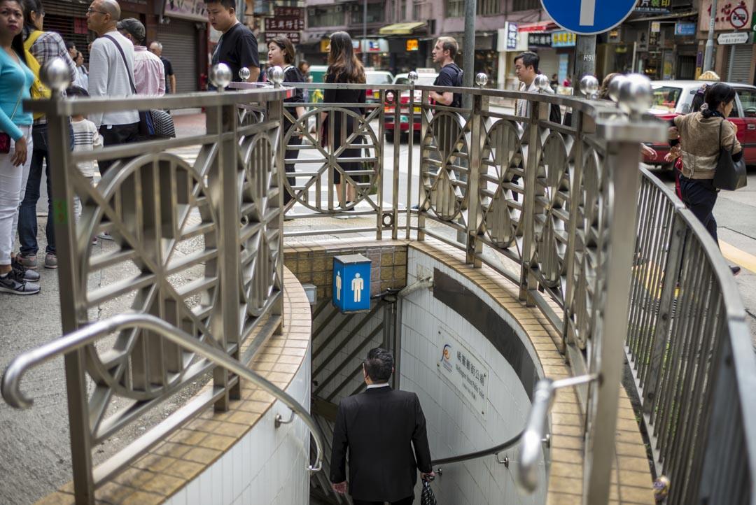 中環威靈頓街與皇后大道中交界的公廁,是香港僅存的地下廁所。
