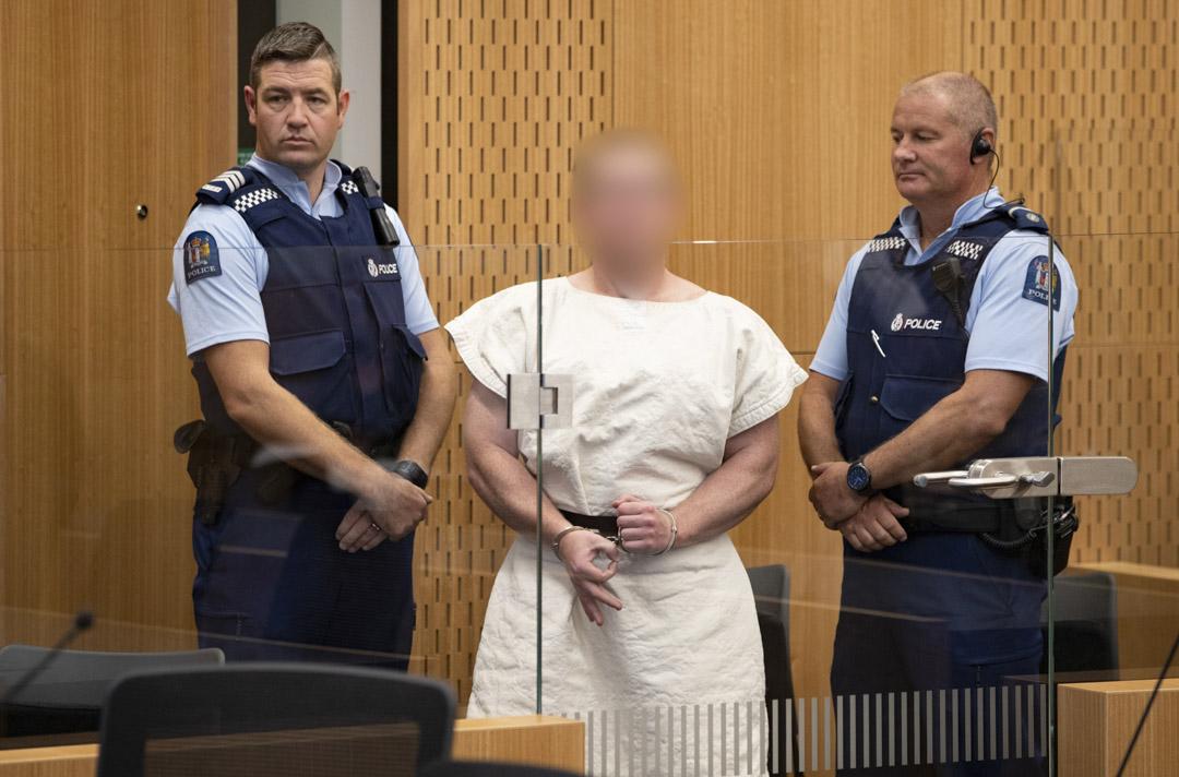 2019年3月16日,基督城屠殺案的槍手Brenton Tarrant在法庭現場作出的「OK」手勢。