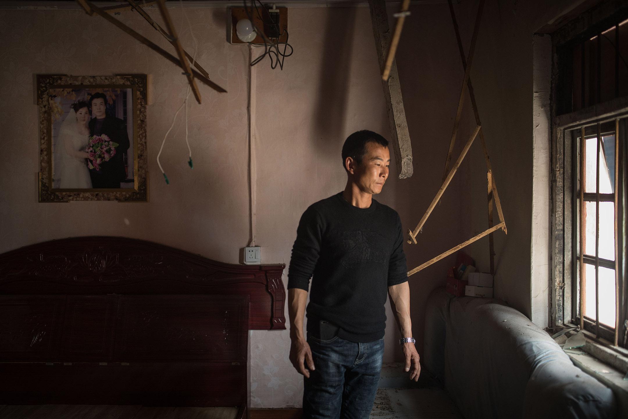 大灣村居民張明在他爆炸時受破壞的房間內。