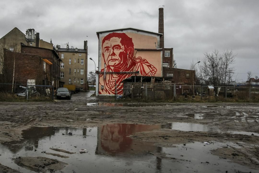 2017年12月23日,波蘭格但斯克(Gdansk)的一幢樓房,街頭藝術家Mariusz Waras創作、以卡欽斯基為主題的大型壁畫。