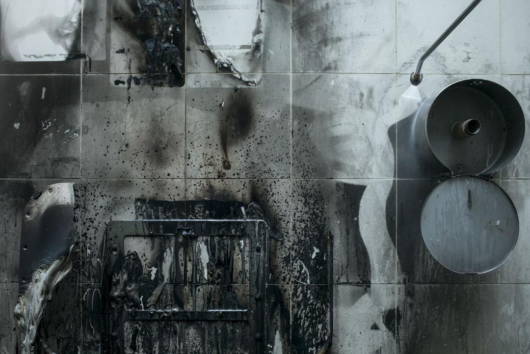 男廁曾遭惡意縱火,牆壁被嚴重熏黑,食環署要求外判商清潔乾淨,將廁所重新開放。