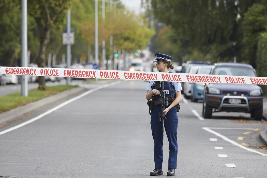 2019年3月15日,紐西蘭基督城(Christchurch)兩間清真寺接連遭遇恐怖襲擊,合共造成至少49人死亡。警方事後於市內多處設置封鎖線,派員加強巡邏及戒備。 攝:Diederik van Heyningen / Anadolu Agency / Getty Images