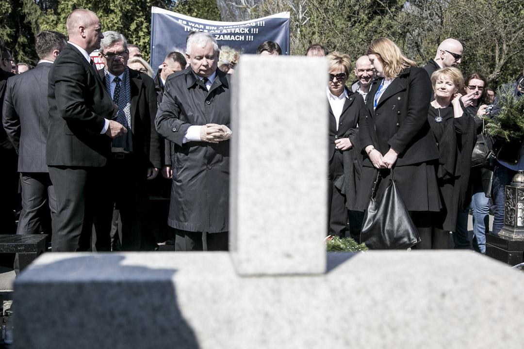 雙胞胎哥哥雅羅斯瓦夫·卡欽斯基暗示弟弟的死是巨大的陰謀。「俄羅斯人謀殺了我們的總統」。
