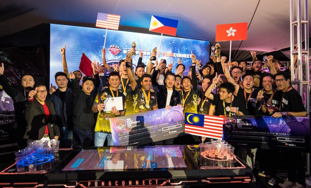 馬來西亞的Malaysia PlayPong憑精湛球藝,擊敗來自多個地區勁旅,成為   「投杯球世界錦標賽2019」的冠軍團隊,與來自世界各地精英選手、Atalon Ventures (International) Limited行政總裁葉嘉興先生(第二排左二)及香港投杯球協會主席趙朗先生(中)合照。