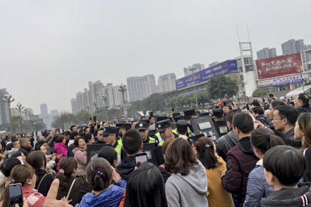成都七中實驗學校的家長們在學校門外維權,與警察對峙。 網上圖片