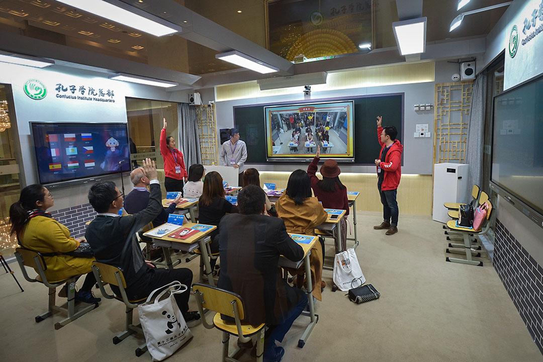 2018年12月4日,第十三屆孔子學院大會在成都舉行,成都市世紀城新國際會展中心,現場展示的智能漢語課堂。 圖:Imagine China