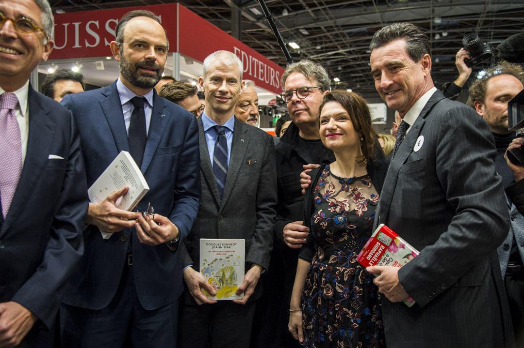 2019年3月14日,法國總理Edouard Philippe(左二),文化部長Franck Riester(左三)和作家 Douglas Kennedy(左四)出席2019年巴黎書展。 攝: Thierry Le fouille/SOPA Images/LightRocket via Getty Images