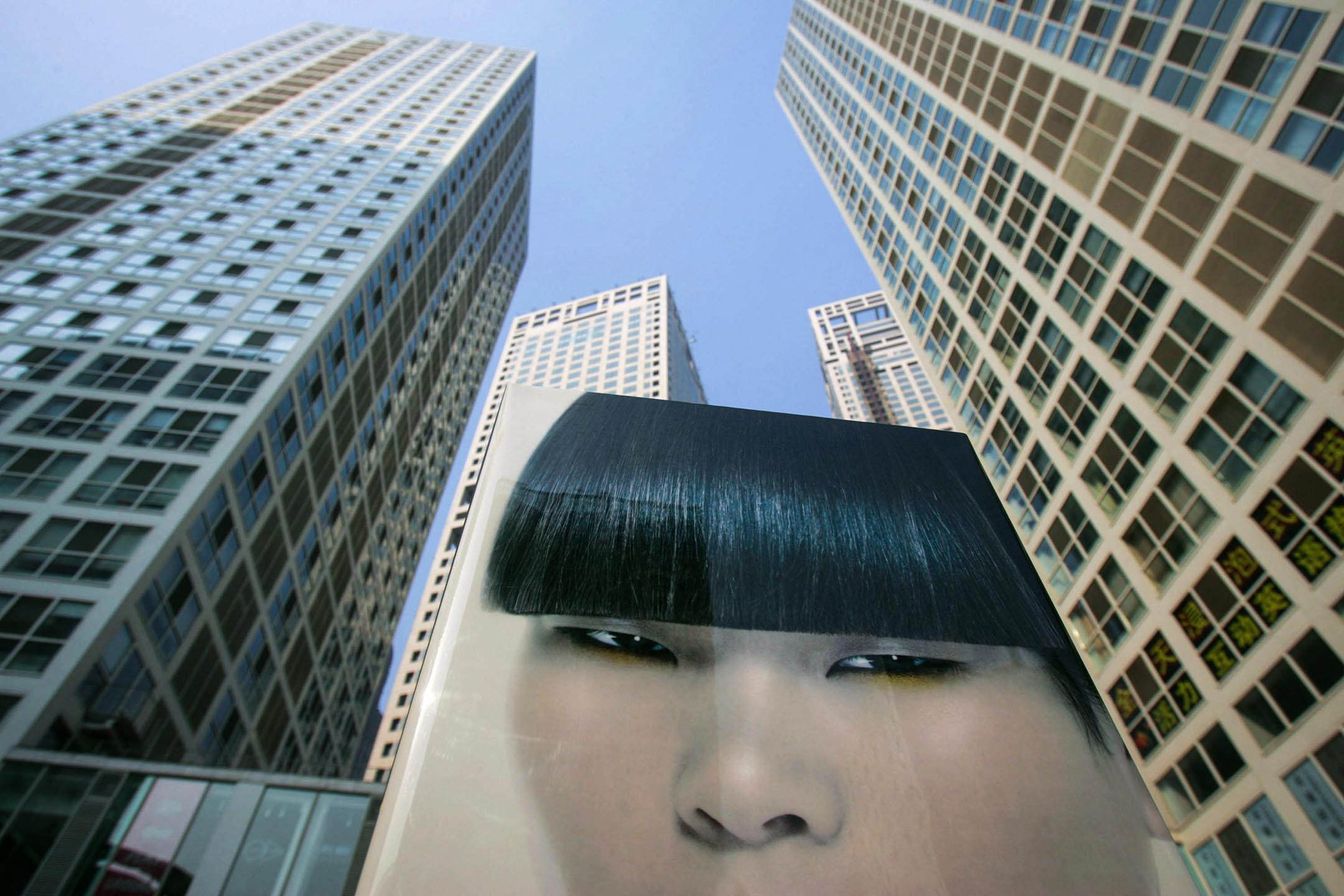 相較先前的法規體系,新法的最大變化,是明令禁止政府對於外國商業行為的非法干預與強制性技術轉讓。圖為中國北京商業區的廣告牌。  圖:China Photos via Getty Images