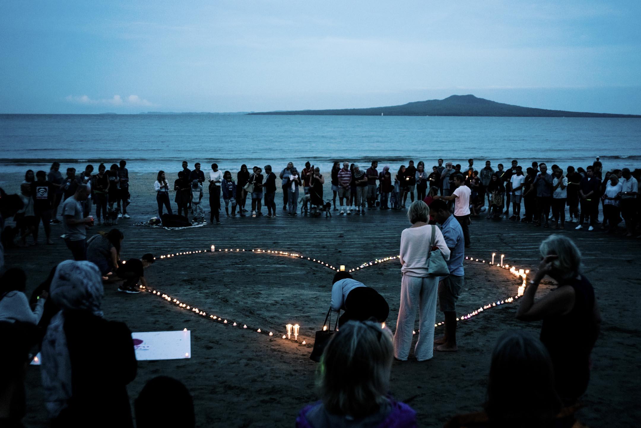 2019年3月16日,人群聚集在塔卡普納海灘上,以紀念在新西蘭舉行的基督城清真寺恐怖襲擊的受害者。 攝:Cam McLaren/Getty Images