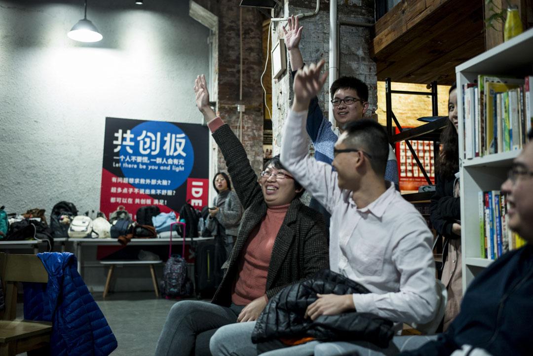 觀眾舉手,希望被挑選可以分享自己的故事。
