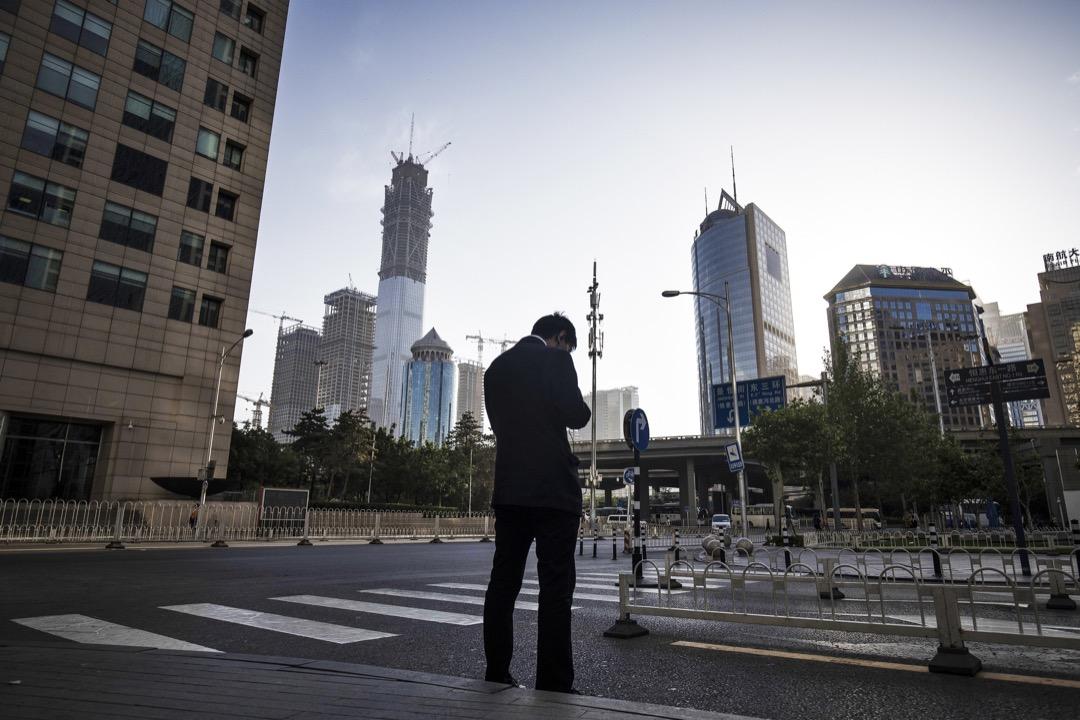中國踏出一條「尋租」與「發展」並存的「尋租發展主義」路徑;而且,中國在累積龐大資本之後,展現挑戰西方國家技術霸權的雄心,並以一種「非自由主義價值觀」的進路,企圖打破核心國家的遊戲規則,自訂規範,圈畫自己的勢力範圍。 攝:Qilai Shen/Bloomberg via Getty Images