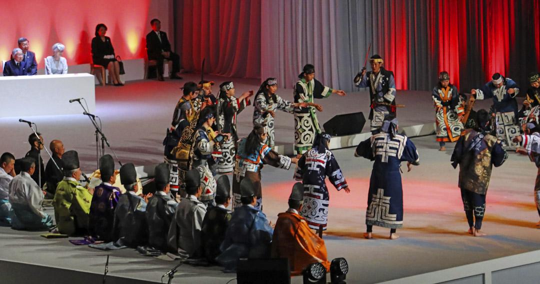 2018年8月5日,日本的明仁天皇和皇後美智子在北海道札幌市的參加「北海道命名150週年紀念典禮」,並觀看愛努族的傳統表演。
