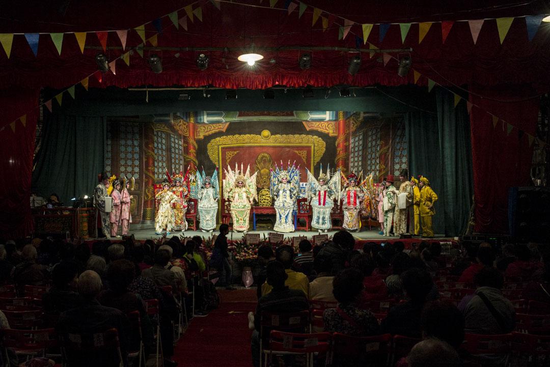 神功戲劇目《七彩六國大封相》在大澳戲棚上演。