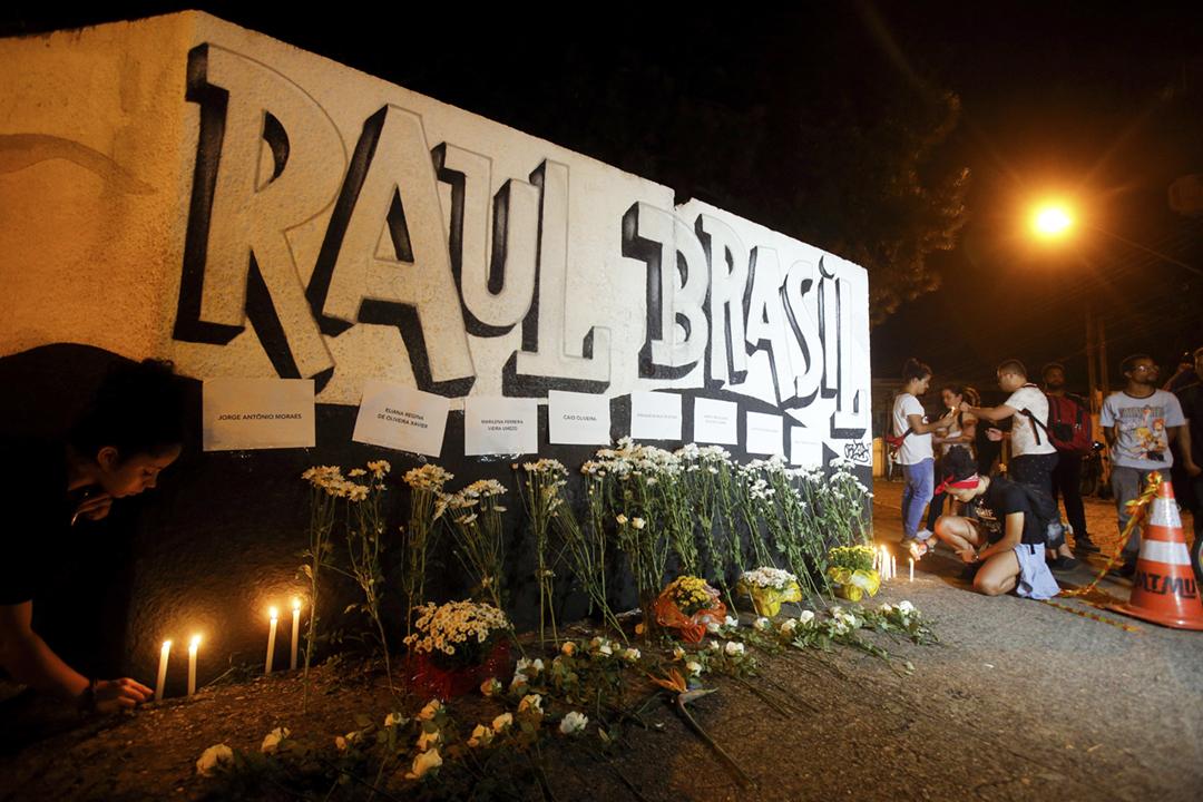2019年3月13日,巴西蘇扎諾(Suzano)一間州立學校發生槍擊案,至少兩名教職員及五名學生遇害;入夜後,有民眾在校園外擺放鮮花及點起燭光,以悼念遇害者。 攝:Paulo Lopes / picture alliance via Getty Images
