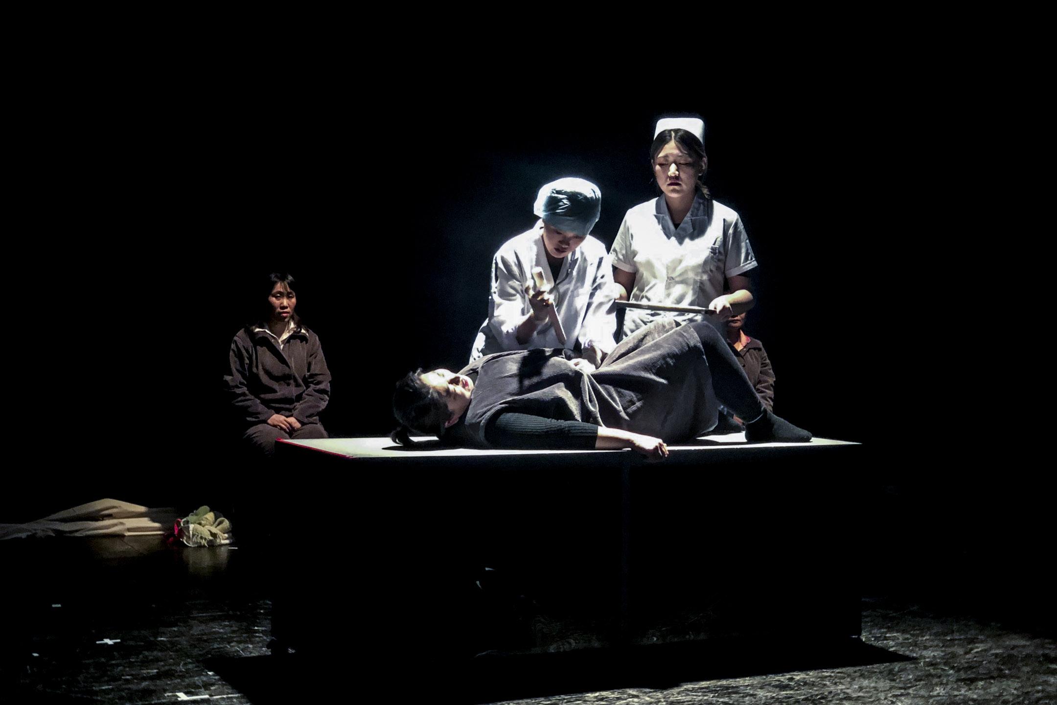 《生育紀事》中重要一幕,韓姐做引產手術。 攝影:趙晗
