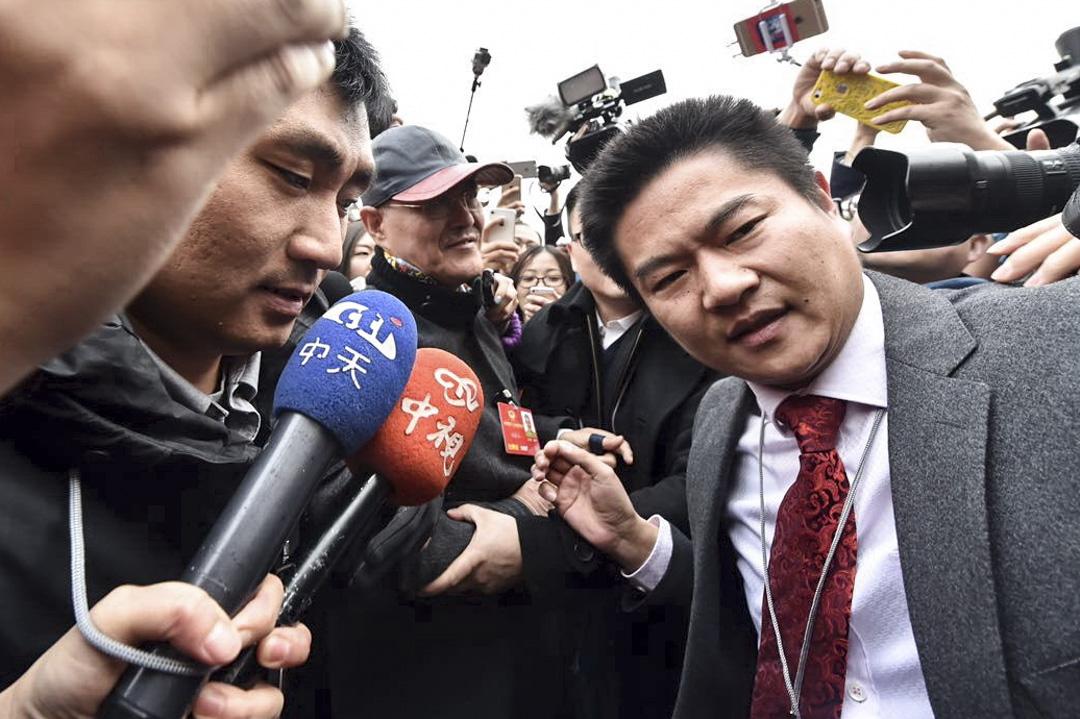 中天新聞被裁定部分報導失實偏頗,罰款百萬新台幣。圖為2016年3月3日,北京兩會期間,中天新聞記者採訪情況。 攝:Imagine China