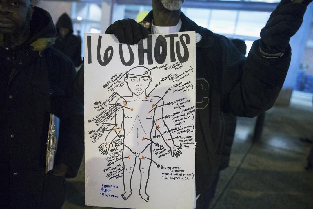 黑人青年麦克唐纳(Laquan McDonald)被射殺這個重大的警察不當行為,引起芝加哥市民極大的反響。圖為2015年12月1日,示威者在芝加哥市公共安全總部門前抗議。