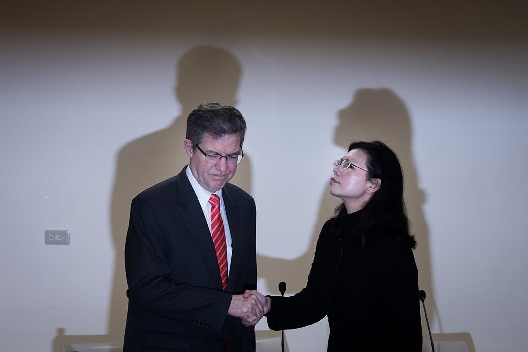 2019年3月12日,李明哲妻子李凈瑜和美國國際宗教自由無任所大使布朗貝克一同出席記者會。 攝:陳焯煇/端傳媒