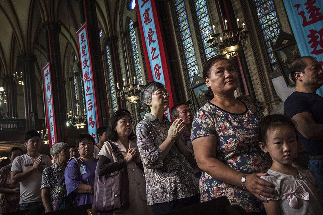 2014年8月15日,北京中國天主教教會𥚃的信徒在等待領聖餐。