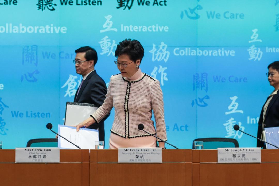 2019年3月26日,香港特首林鄭月娥聯同保安局局長李家超等主要官員,罕有地召開「三合一」記者會,其中宣布就《逃犯條例》所作修訂將於下週提交立法會首讀。 攝:Stanley Leung / 端傳媒